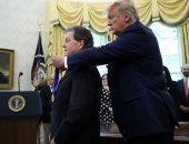 صور.. ترامب يمنح الاقتصادى الأمريكى أرثر لافر وسام الحرية بالبيت الأبيض