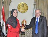 تكريم طالبة لحصولها على المركز الأول بالعالم فى بطولة رفع الأثقال
