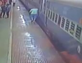 بسبع أرواح.. رجل ينجو بعد سقوطه تحت عجلات القطار فى الهند.. فيديو