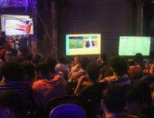 صور.. المقاهى تمتلئ بالجماهير لمتابعة أولى مباريات المنتخب بأمم أفريقيا