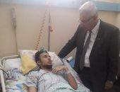عميد تربية حلوان يزور طالب أصيب فى حادث تصادم على طريق الأوتوستراد