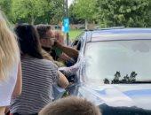 كان هيموت من الخنقة.. إنقاذ طفل من داخل سيارة بعد معاناته ارتفاع الحرارة