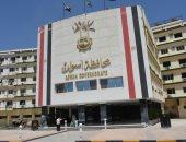 محافظ أسوان يتابع أعمال الدهانات والتجميل بمبنى المحافظة