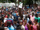 صور.. مئات المهاجرين يتكدسون أمام مركز استقبال اللاجئين جنوب المكسيك