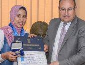 صور ..محافظ الإسكندرية يكرم الطالبة رانيا بعد فوزها ببطولة العالم لرفع الأثقال