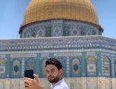 صورة.. أحمد جمال من أمام قبة الصخرة: ربنا يكتبلكوا الزيارة