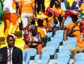 صور.. جماهير كوت ديفوار وجنوب أفريقيا تتحدى حرارة الجو فى ملعب السلام
