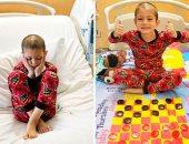 """نايم فى الملاهى.. أب يحول """"ألعاب الطاولة"""" إلى ملاءة سرير للأطفال المرضى"""