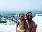 على معلول ينشر صور مع نجله على أحد الشواطئ بعد مد الإجازة
