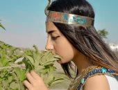 صور.. فتاة صعيدية تروج للسياحة فى أسيوط بارتداء الزى الفرعونى