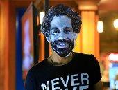 """صور.. مشجع يرتدى """"ماسك"""" صلاح خلال متابعة مواجهة الكونغو بالمقاهى"""