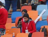 """""""دعاها جه بفايدة"""".. مشجعة تصلى فى المدرجات قبل انطلاق مباراة مصر والكونغو"""