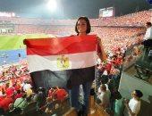 فيديو.. بشرى تغنى من المدرجات مع الجمهور.. وتهنئ الشعب المصري بالفوز