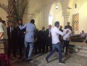 صور.. النيجيرى كانو ونجوم الرياضة فى عزاء والد أحمد حسام ميدو