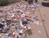 تراكم القمامة بشوارع مدينة منشاة القناطر يزعج الأهالى