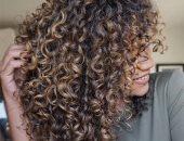 شعرك ناعم ونفسك فى اللوك الكيرلى.. خطوات بسيطة اعمليها فى البيت