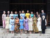 الرجل الوحيد.. زوج تيريزا ماى وسط زوجات قادة مجموعة العشرين فى معبد بوذى