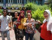 الفرحة فرحتين.. طالبة تحتفل بعيد ميلادها بعد أداء امتحان علم النفس