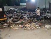 تراكم القمامة على جانبى الطريق بشارع القومية العربية بإمبابة