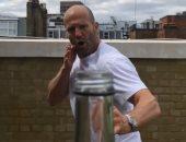 جايسون ستاثام يقبل تحدى جون ماير فى تحدى غطاء الزجاجة .. فيديو
