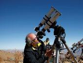 هواة الفلك والعلماء ينصبون تليسكوباتهم فى تشيلى انتظارا لكسوف الشمس