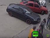 شاهد.. طفلة روسية تسقط فى بالوعة أثناء غفلة والدتها