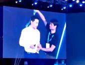 """مجهول يسكب الماء على مدير محرك البحث الصينى """"بايدو"""" بمؤتمر.. فيديو"""
