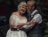 حب حقيقى .. زوجان يحتفلان بذكرى زواجهما الـ60 بفوتوسيشن مميز