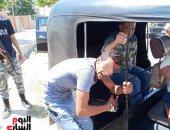 صور.. المتهم بقتل زوجته بالقناطر الخيرية يمثل جريمته أمام النيابة