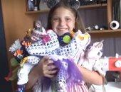 طفلة روسية تصنع الدمى لمساعدة زميلها فى علاجه من السرطان.. صور