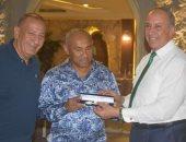 صور.. رئيس الكاف بالغردقة ومحافظ البحر الأحمر يقدم له هدية تذكارية