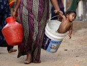 """طفل فى """"جردل"""".. صورة ترصد معاناة الهنود من الجفاف بسبب الحر الشديد"""