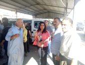 محافظ دمياط تتفقد موقف مدينة كفر سعد وتوجه بوضع ملصقات بتعريفة الأجرة