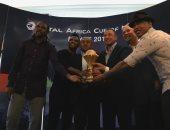 صور.. الخطيب وإمام وكانو وإيتو يلتقطون صور تذكارية مع كأس أفريقيا