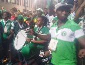 صور.. مشجعو نيجيريا يحتفلون بالطبل والمزمار أمام استاد الإسكندرية