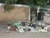 شكوى من انتشار أكوام القمامة أمام مستشفى بقرية بالحواتكة بأسيوط