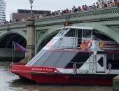 السواق ما خدش باله.. قارب يصطدم بجسر وستمنستر فى بريطانيا.. فيديو