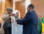 الرئيس السنغالي يقلد أمين عام رابطة العالم الإسلامى وسام الدولة الأكبر