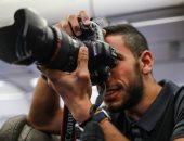 بعدسة ناصر ماهر.. لاعب الأهلى يلتقط صوراً لزملائه على طائرة إسبانيا