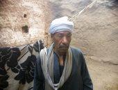 """مأساة عجوز بسوهاج.. كل ما يتمناه بناء مسكنه الآيل للسقوط وعلاجه """"صور"""""""