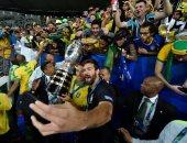 شاهد احتفال لاعبى البرازيل مع الجماهير بعد التتويج بكوبا أمريكا