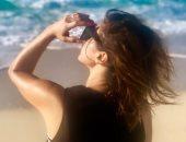 بإطلالة صيفية على شاطئ البحر.. روجينا تظهر برفقه ابنتها الصغرى