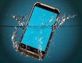 10 أشياء توقف عن فعلها على الفور إذا وقع هاتفك بالماء