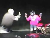 """فيديو.. مطاردة وعنف """"مجانى"""" لشرطى أمريكى خلف سائق دراجة"""