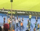 لاعبو جنوب إفريقيا يوجهون التحية لجماهيرهم فى ستاد القاهرة بعد الخروج.. صور