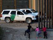 جنود الحدود الأمريكية يحتجزون عائلة مهاجرة بعد عبورهم بشكل غير قانونى