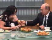 فيديو.. الرئيس الروسى بوتين يطعم طفل 6 أشهر من عائلة فازت بوسام الأبوة