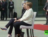 """بعد تكرار نوبات الارتعاش.. ميركل تستقبل رئيسة وزراء الدنمارك """"جالسة"""""""