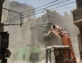 صور.. إزالة عقار آيل للسقوط بشارع الديرى بنى سويف