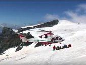 شاهد.. عملية انتشال جثة متسلق بولندى لقى حتفه فى جبال الألب بإيطاليا